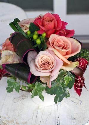 バラと葉もののアレンジメント