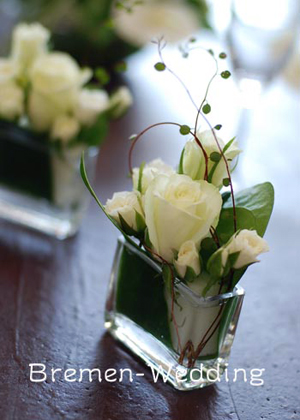 グラスと白いバラのアレンジメント