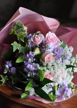 ライラック色の贈呈用花束