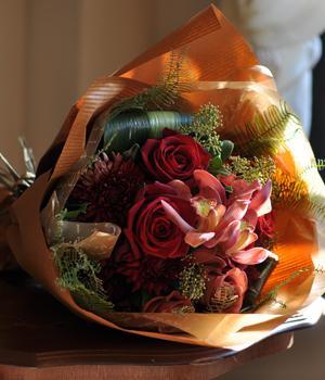 バラと大輪マムの花束