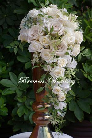 白いバラのキャスケードブーケ