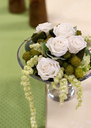 白いバラと実もののアレンジメント