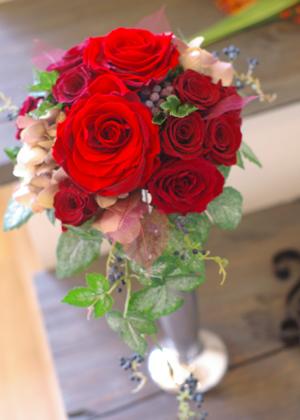 赤いバラのラウンドブーケ
