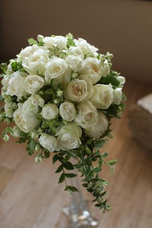 白いバラのラウンドブーケ