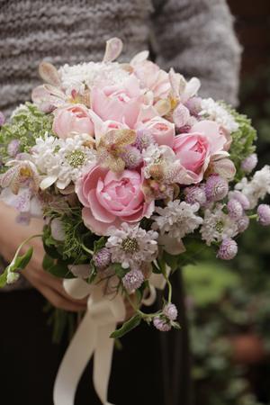 バラとスカビオサのロマンティックブーケ